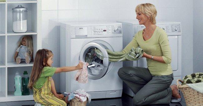Không nên nhồi nhét quá nhiều quần áo vào máy giặt vì sẽ khiến quần áo kém sạch và máy giặt nhanh hư hỏng