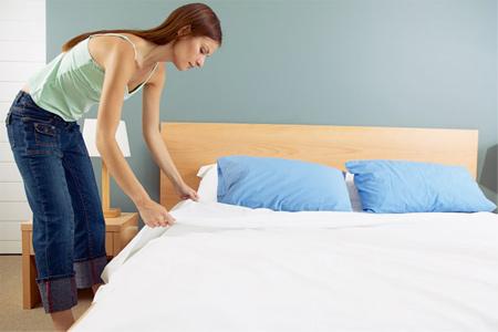 Không nên gấp chăn ngay sau khi ngủ dậy để tránh vi khuẩn lây lan