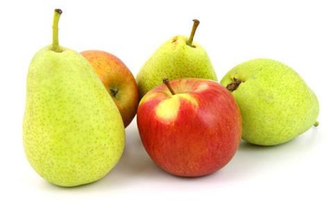 Bọc những loại trái cây như táo, lê, xoài trong báo rồi cất vào ngăn mát tủ lạnh