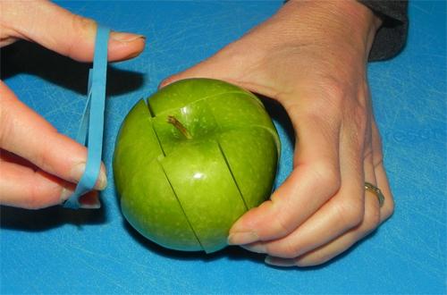 Những miếng táo cắt sẵn sẽ bị nâu ở bề mặt bạn cắt nếu để lâu. Hãy dùng dây chun buộc lại như thế này để bề mặt táo không tiếp xúc với không khí