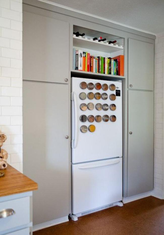 Cửa tủ lạnh: Thay vì treo những tấm thiệp mời đám cưới từ hai ba năm trước lên tủ lạnh nhà bạn, hãy sử dụng những miếng nam châm để gắn những hộp gia vị, hương liệu.