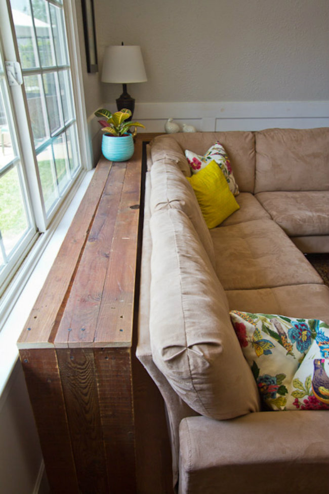 Chiếc bàn bí mật giấu đằng sau ghế sofa sẽ giúp bạn nhân rộng thêm không gian căn phòng.