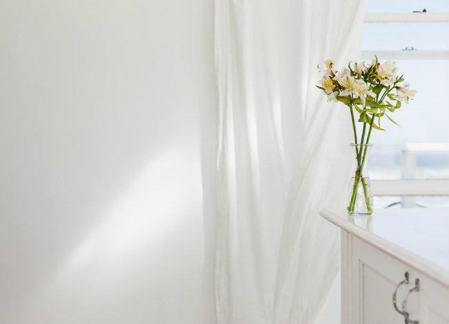 Giặt các rèm cửa: Trong suốt một năm, chúng bám rất nhiều bụi bẩn. Để giặt đồ này, bạn có thể dùng máy giặt hoặc mang chúng ra hiệu giặt khô gần nhà. Tuy nhiên, bạn cũng có thể dùng máy hút bụt chân không, hút từ trên xuống để làm sạch các tấm rèm mà không phải tháo xuống và mang chúng đi giặt.