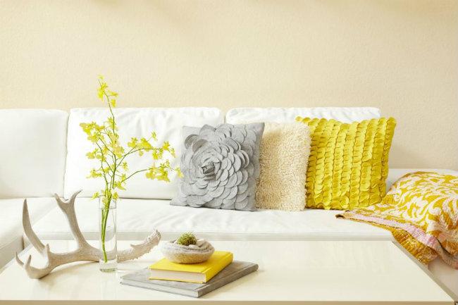 Lau chùi sâu bên trong các đồ nội thất bằng da: Việc làm sạch những chiếc ghế sofa bằng da không phải công việc đơn giản mà bạn có thể làm một mình. Hãy gọi cho các thợ chuyên nghiệp làm việc này thay bạn nếu bạn không muốn chúng mau chóng bị hỏng.