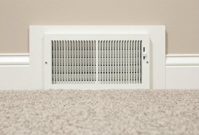 Hút bụi vỉ lọc ở điều hòa: Vỉ lọc ở điều hòa là các lỗ thông khí. Bạn hãy dùng bàn chải mềm gắn vào máy hút bụi trong nhà rồi cho chạy dài thanh lọc mà bạn đã để suốt cả năm trời.
