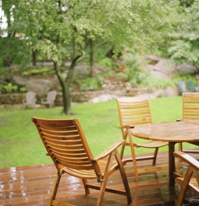 Lau các đồ để ngoài trời: Các chuyên gia cho biết thời gian tốt nhất để giải quyết công việc này là vào mùa xuân. Hãy cho một ít chất tẩy rửa vào motoh bát nước ấm, sau đó lau sạch các bộ bàn ghế để ngoài trời lâu ngày. Sau đó có thể dùng vòi phun nước rửa sạch.