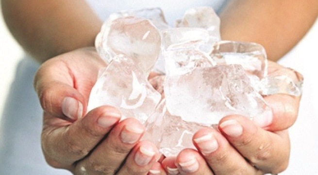 Đá lạnh sẽ giúp làm dịu vết côn trùng cắn