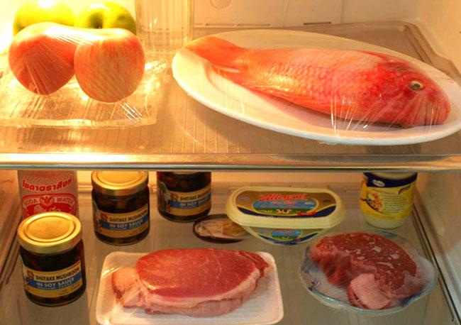 Thức ăn cần được bọc kỹ càng sau khi vệ sinh tủ lạnh sạch sẽ