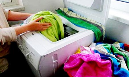 Chỉ cho quần áo vừa đủ giúp tiết kiệm điện máy giặt