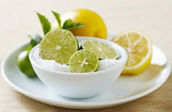 Nước chanh cũng rất tốt trong việc giảm đau và sưng nướu khi mọc răng khôn