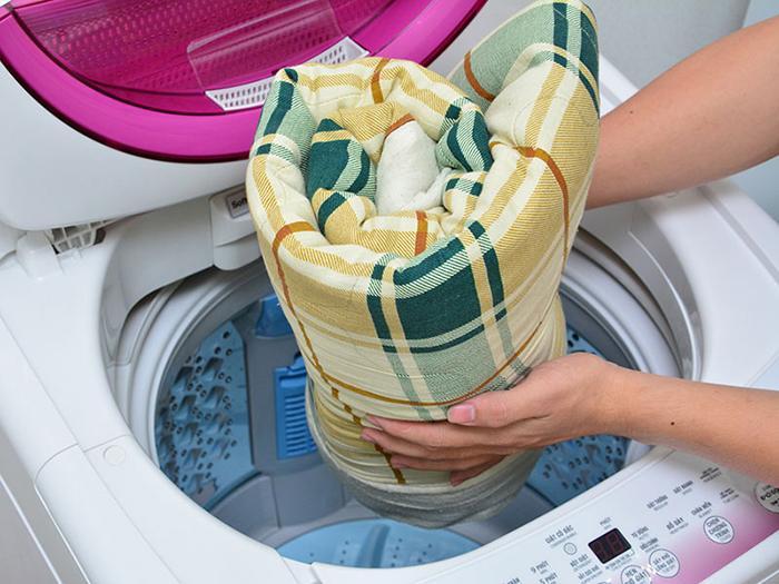 Giặt ga trải giường để loại bỏ các vi khuẩn và bụi bẩn