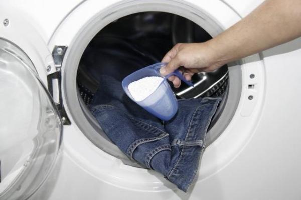 Hạn chế giặt bằng máy giặt là mẹo giúp quần jean không phai màu