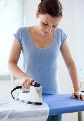 Ủi trước khi phơi cũng là cách giúp quần áo nhanh khô ngày mưa