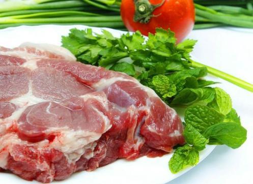 Trước khi chế biến, nên luộc qua thịt lợn để khử mùi hôi