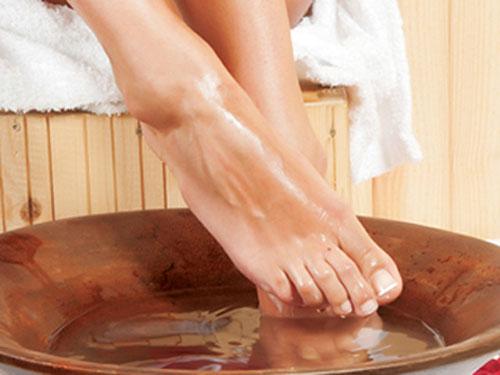 Sử dụng baking soda để ngâm chân giúp loại bỏ bụi bẩn và lớp da chết
