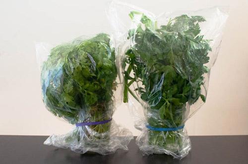 Nên cho rau củ vào túi ni-lon để ngăn sự bay hơi nước khi cho vào tủ lạnh, đặc biệt là những thứ không có lớp vỏ bên ngoài