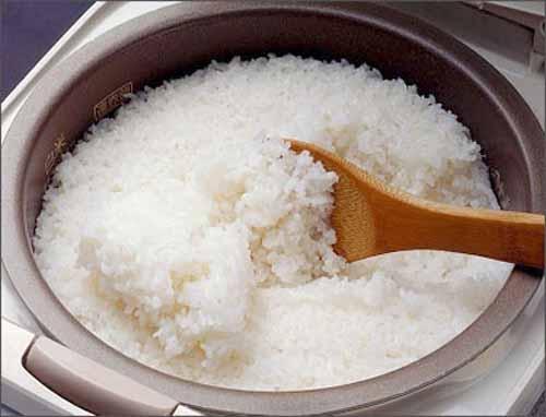 Mẹo vặt gia đình hấp cơm nguội bằng nồi cơm điện cực đơn giản