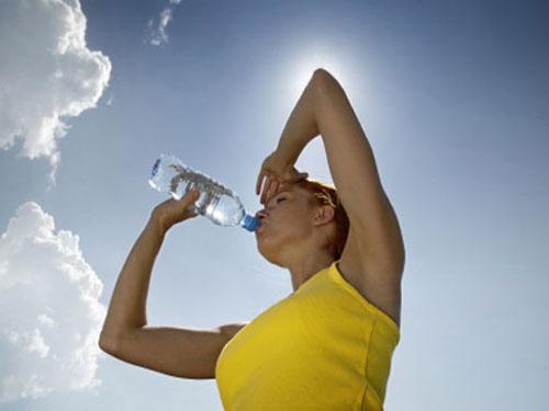 Chống say nắng, say nóng bằng cách bổ sung đủ nước cho cơ thể