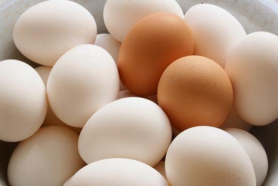Cách bảo quản trứng gà luôn tươi lâu thì việc chọn mua trứng cũng rất quan trọng