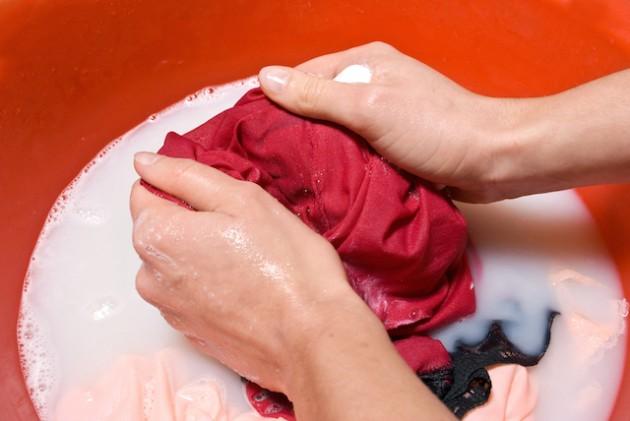 Để quần áo nhanh khô ngày mưa, mọi người nên giặt thật kỹ