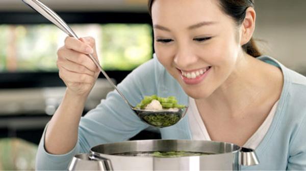 Trong số các mẹo vặt gia đình thông dụng có cách chữa thức ăn bị mặn