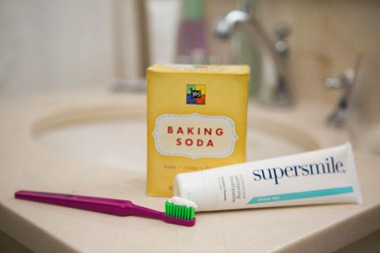 Tẩy trắng răng với baking soda và kem đánh răng cực hiệu quả