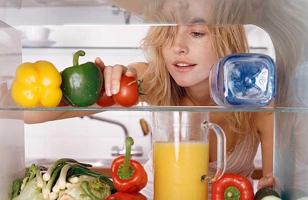 Một mẹo khử mùi hôi tủ lạnh khá đơn giản đó là dùng khăn bông đặt trong ngăn để thực phẩm