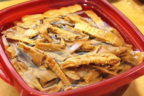 Cách chế biến măng khô giúp nhanh mềm là nên ngâm vào nước vo gạo