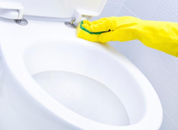 Mẹo làm sạch phòng tắm đúng cách sẽ giúp các bà nội trợ dễ dàng đánh bay những vết ố bồn cầu