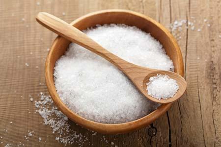 Muối ăn không chỉ là gia vị quan trọng mà còn thường xuất hiện trong các mẹo vặt gia đình